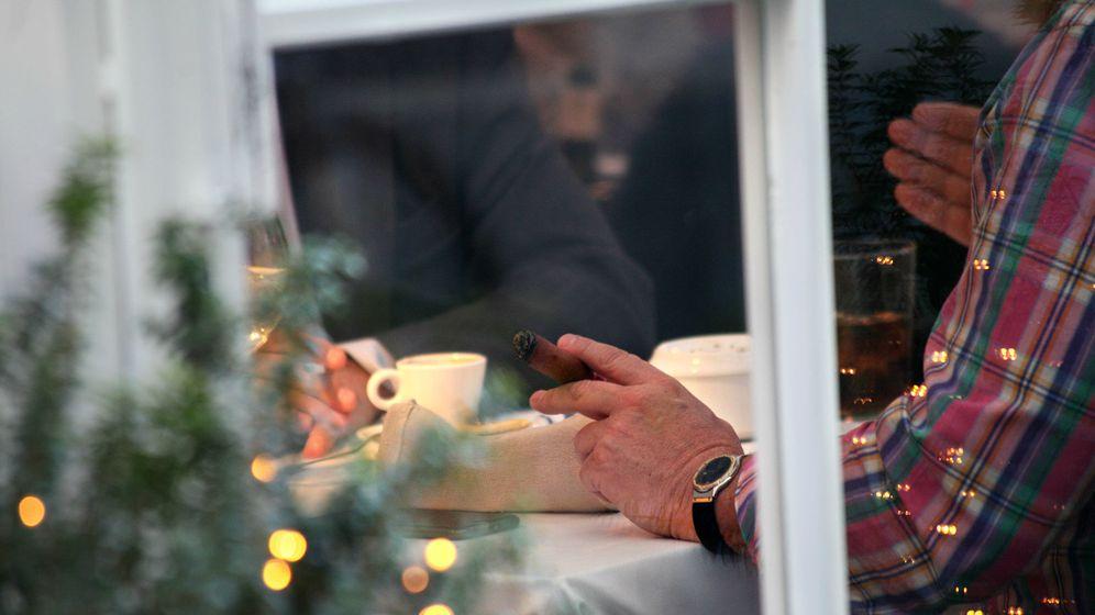 Foto:  Un cliente fuma un puro en el interior de un céntrico restaurante en Madrid. (Enrique Villarino)