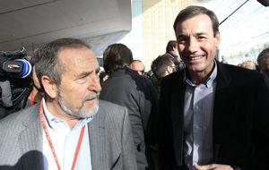 Los 'escaqueos' de Tomás Gómez tras las reuniones de los portavoces