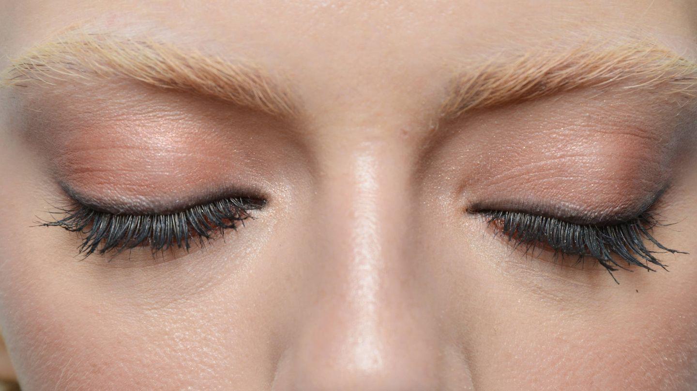 Pestañas postizas acentuadas en el extremo del ojo. (Getty)