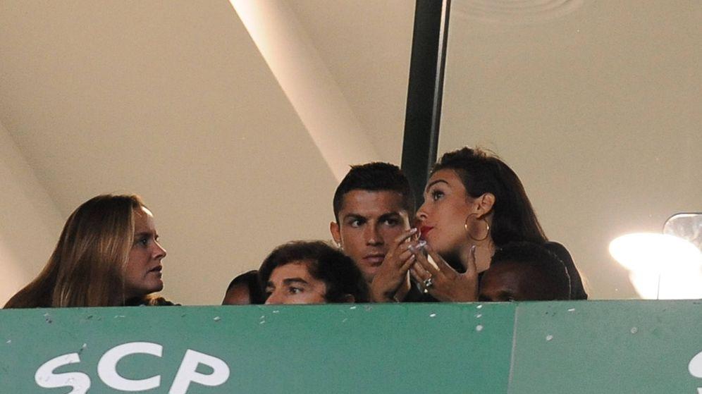Foto: Cristiano Ronaldo, Georgina Rodríguez y el anillo de compromiso. (Gtres)