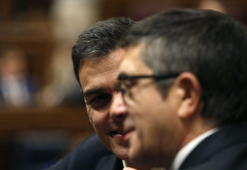 Foto: Pedro Sánchez felicita a Patxi López, elegido este miércoles como nuevo presidente del Congreso. (EFE)