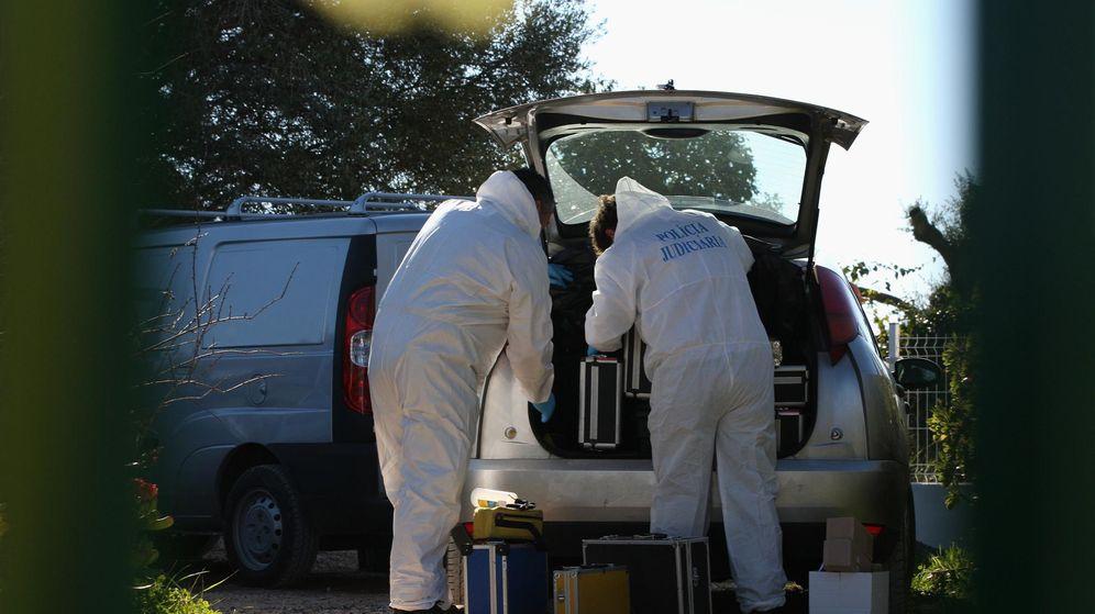 Foto: Un grupo de forenses portugueses trabaja en un crimen machista, en una imagen de archivo. (Reuters)