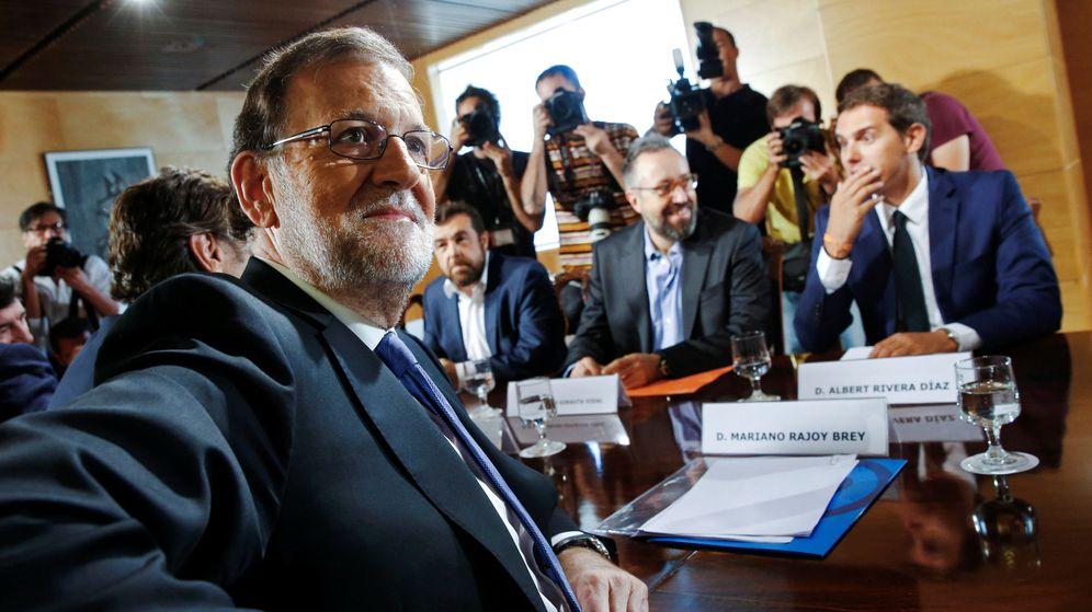 Foto: El presidente del Gobierno en funciones, Mariano Rajoy (i), y el líder de Ciudadanos, Albert Rivera, durante una reunión en el Congreso. (Reuters)