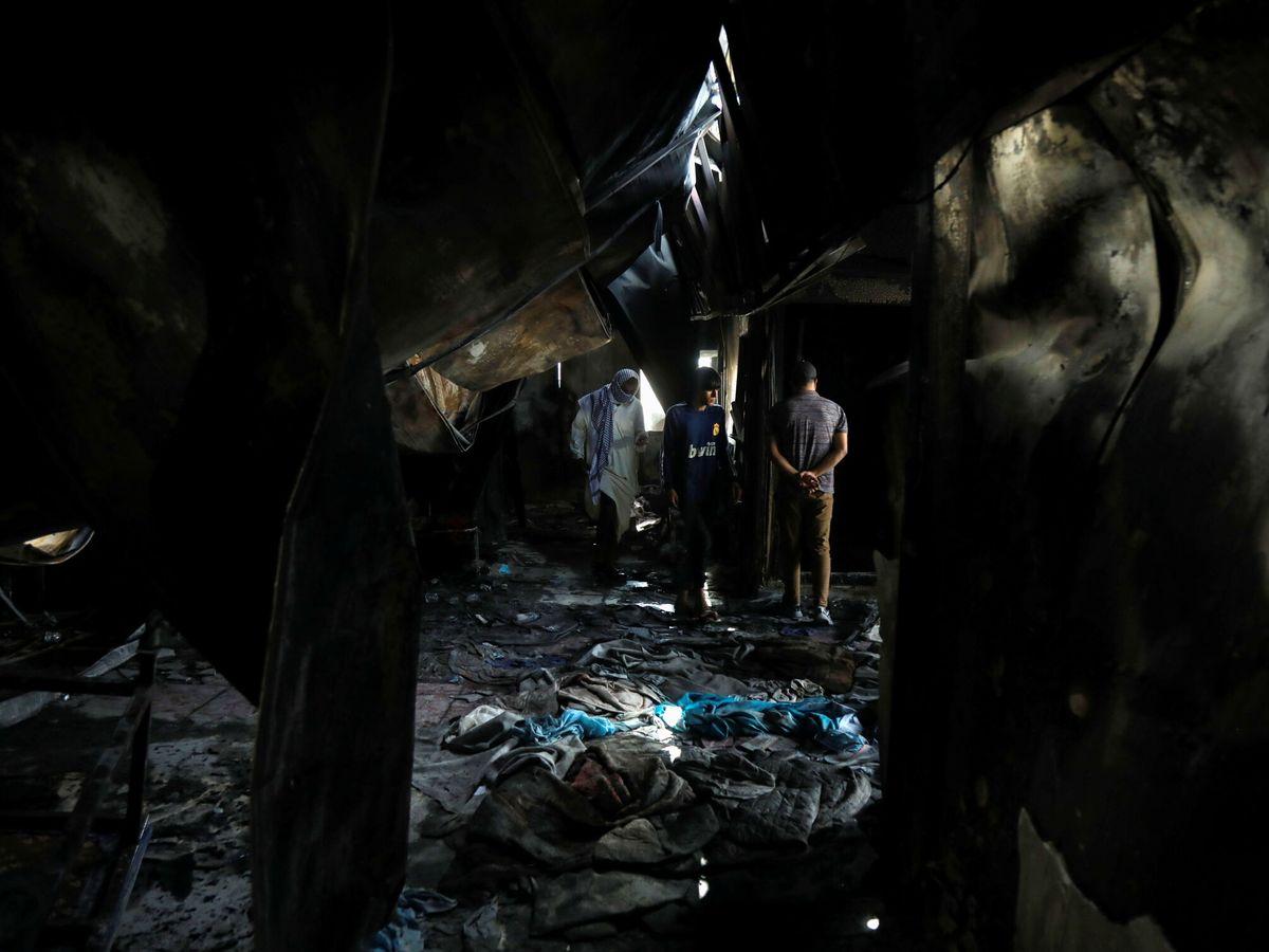 Foto: Autoridades inspeccionan el daño ocasionado por el incendio en el centro de asilamiento de pacientes de covid-19. (Reuters)