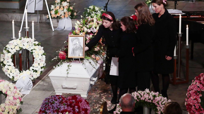 Martha Luisa, junto a sus hijas en el funeral de Ari Behn. (EFE)