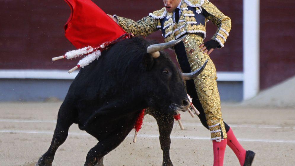 Foto: El diestro Alejandro Talavante en la faena a su primero durante la tradicional Corrida de la Prensa. (EFE)