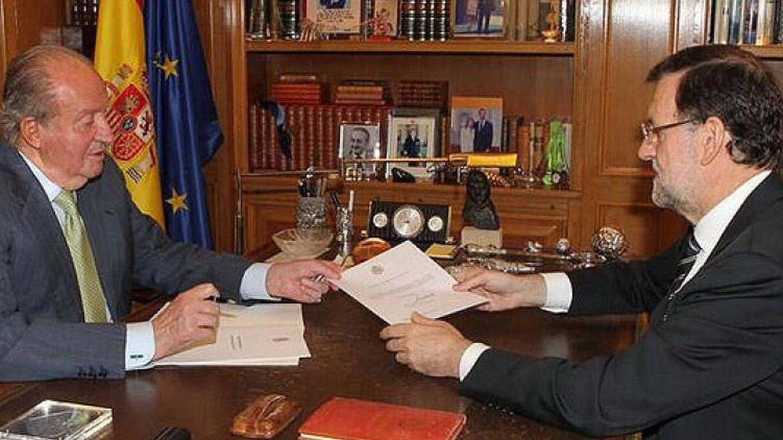 l Rey entrega a Mariano Rajoy el documento de la abdicación.
