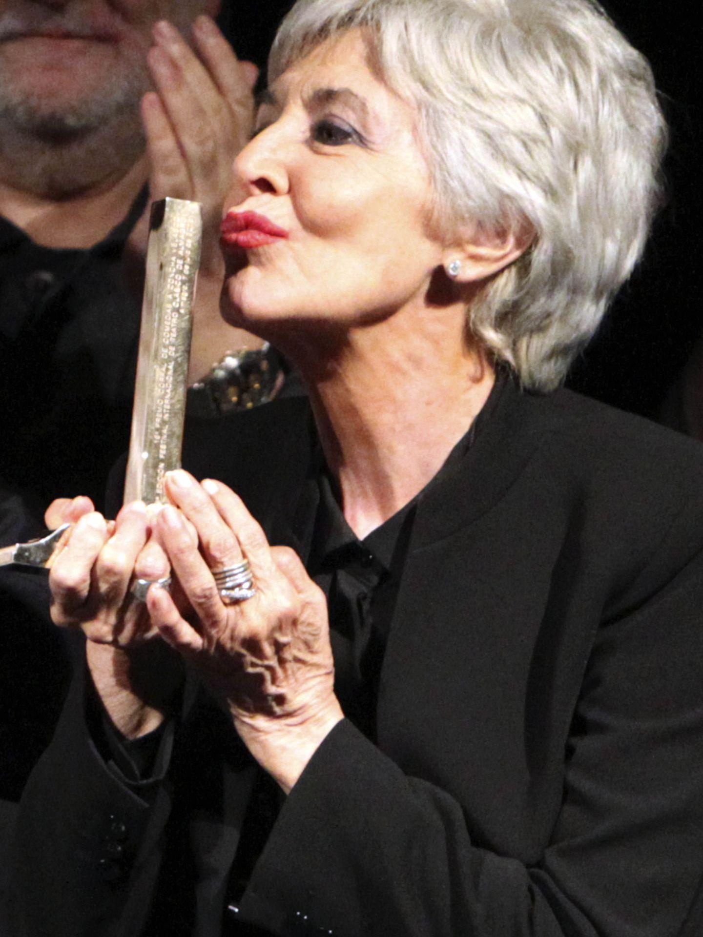Concha Velasco besa el premio Corral de Comedias (Efe)