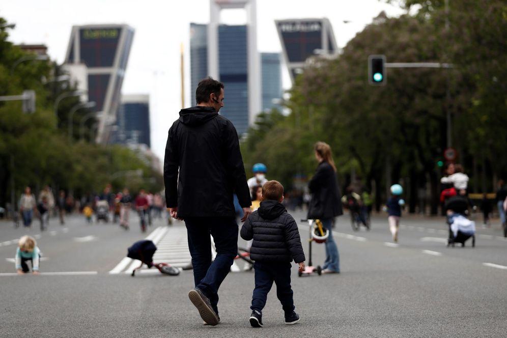 Foto: Un hombre pasea con su hijo por la Castellana, en Madrid, este 16 de mayo. (EFE)