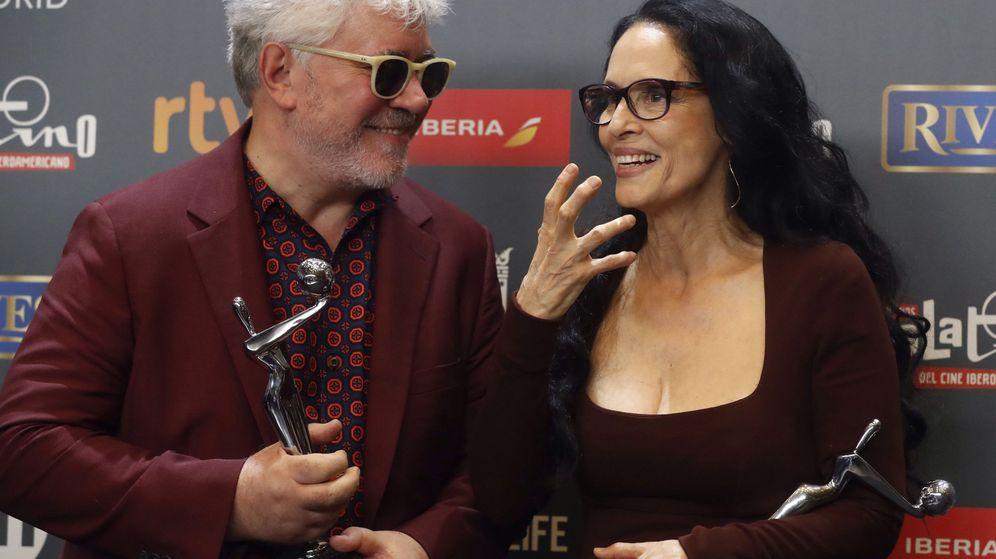 Foto: El director español Pedro Almodóvar y la actriz brasileña Sonia Braga posan con sus galardones tras la gala de entrega de los IV Premios Platino. (EFE)