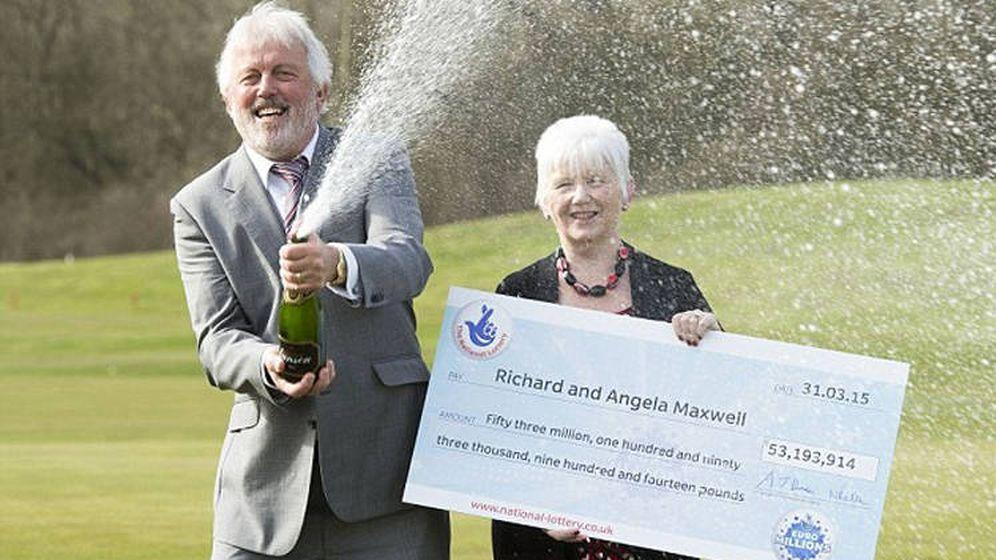 Foto: Richard y Angela Maxwell, el día que recogieron su cheque por más de 61 millones de euros (Foto: National Lottery)