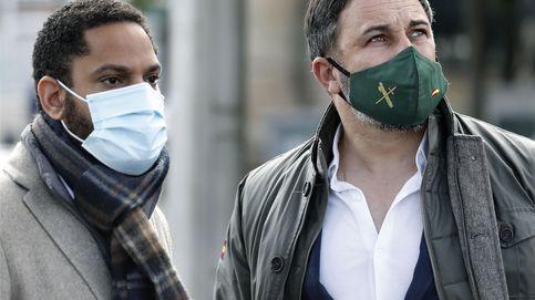 Vox capta a dos exdirigentes del PP en Cataluña y apuntala su programa electoral