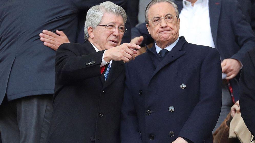 Foto: Enrique Cerezo y Florentino Pérez charlan en el palco del Metropolitano antes del inicio de un partido. (EFE)