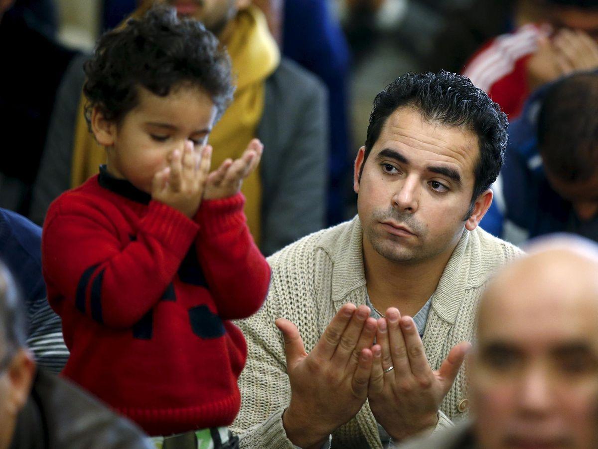 Foto: Un niño imita a su padre durante una celebración religiosa en la mezquita de la M-30 en Madrid. (Reuters)