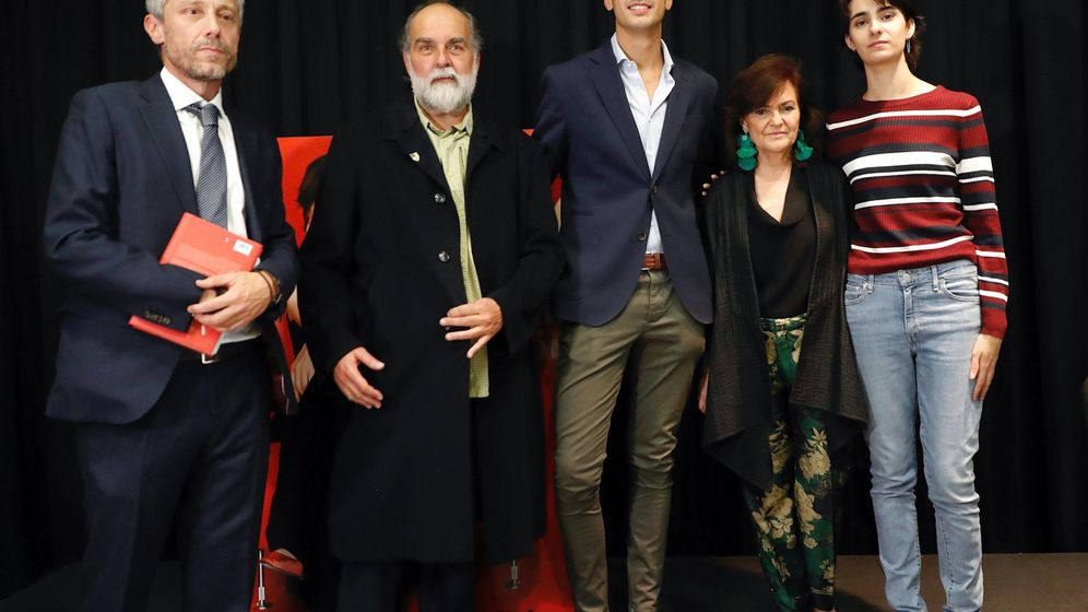 Foto: Los hijos de Concha García Campoy junto a Carmen Calvo.(EFE)