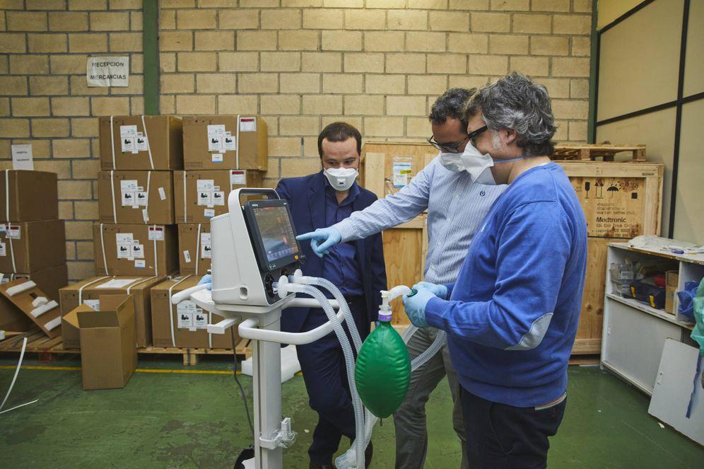 Foto: Profesionales del Servicio vasco de Salud comprueban uno de los 40 respiradores de ventilación invasiva de la marca Mindray comprados en China y recibidos la noche de este jueves. (Irekia))