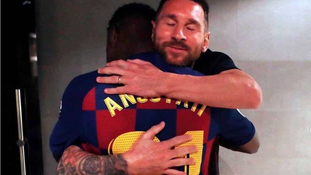 Foto: Messi abraza a Ansu Fati tras el debut del guineano con el Barcelona. (Foto vía instagram Messi)
