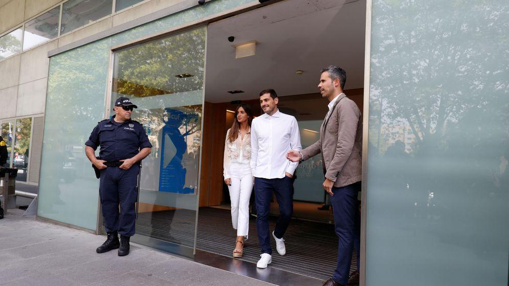 Foto: Iker Casillas salió de hospital acompañado de su esposa, Sara Carbonero. (Reuters)