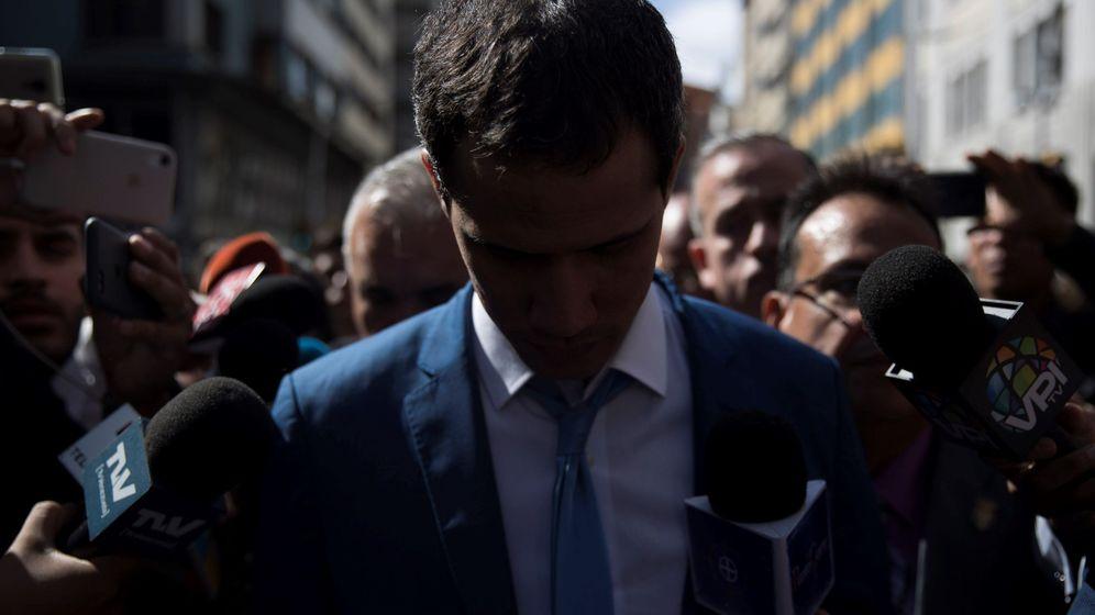 Foto: El líder opositor venezolano Juan Guaidó (c), rodeado de miembros de la prensa, se retira de las inmediaciones del Palacio Federal Legislativo. (EFE)