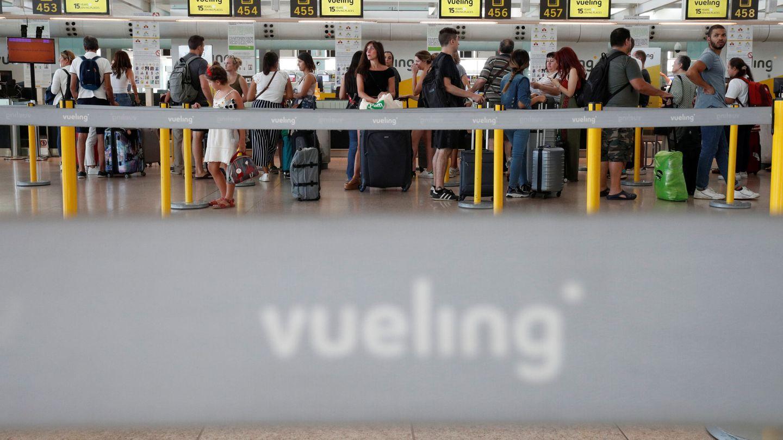 Imagen de pasajeros esperando frente a los mostradores de Vueling. (Reuters)