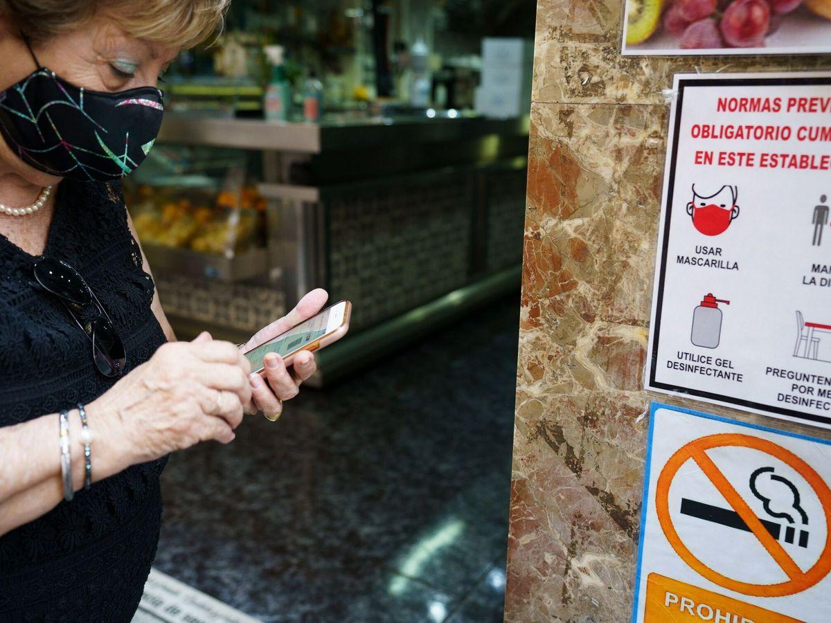 Foto: Canarias estrena el certificado covid para acceder a establecimientos. (EFE)