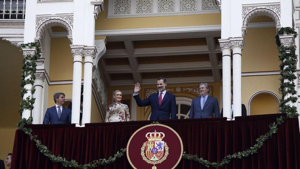 Foto: El Rey Felipe VI, junto al ministro de Educación y Cultura, Íñigo Méndez de Vigo, y la presidenta de la Comunidad de Madrid, Cristina Cifuentes, en Las Ventas. (EFE)