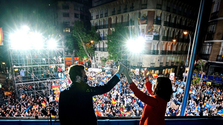 Díaz Ayuso acompañada por Pablo Casado tras conocer los resultados electorales. (EFE)