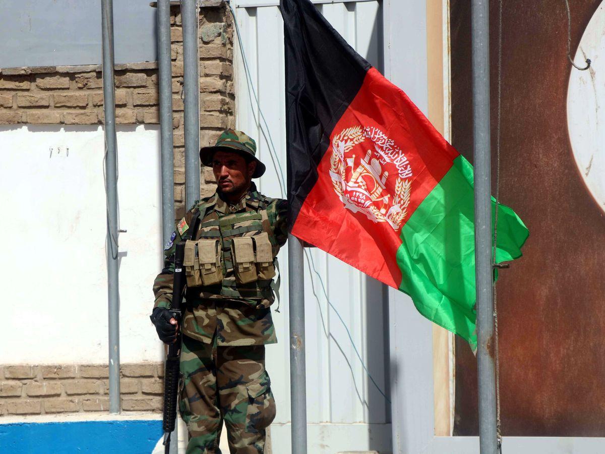 Foto: Soldado junto a la bandera de Afganistán. (EFE)