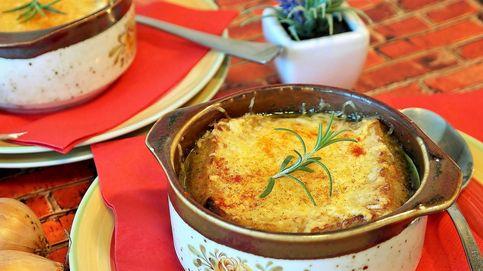 Sopa de cebolla, el consomé francés más tradicional que es ideal para la resaca