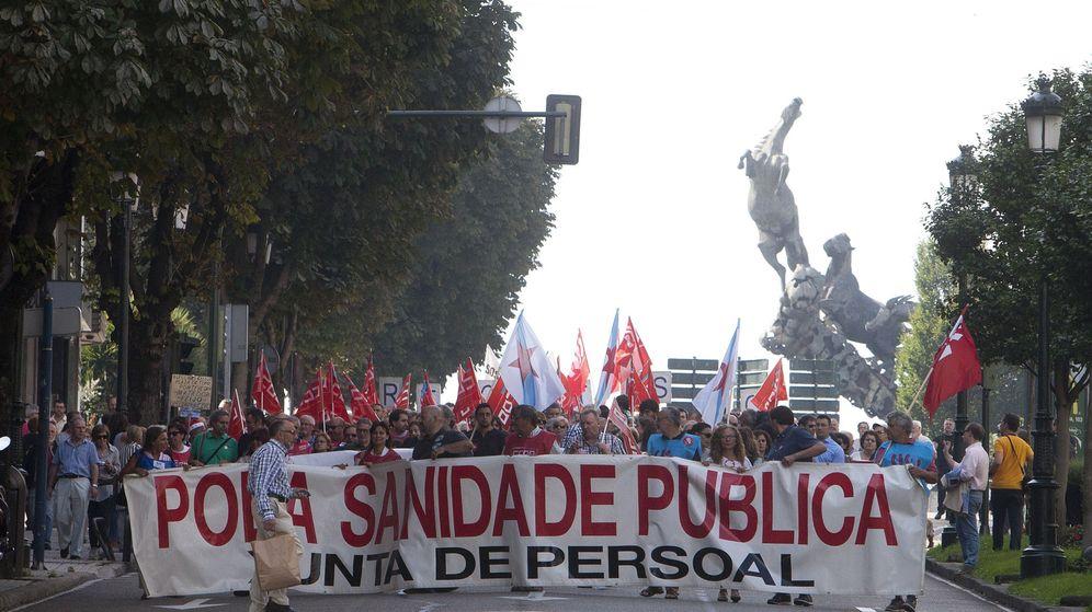 Foto: Cabecera de la manifestación contra la política de sanidad de la Xunta de Galicia en las calles de Vigo. (EFE)