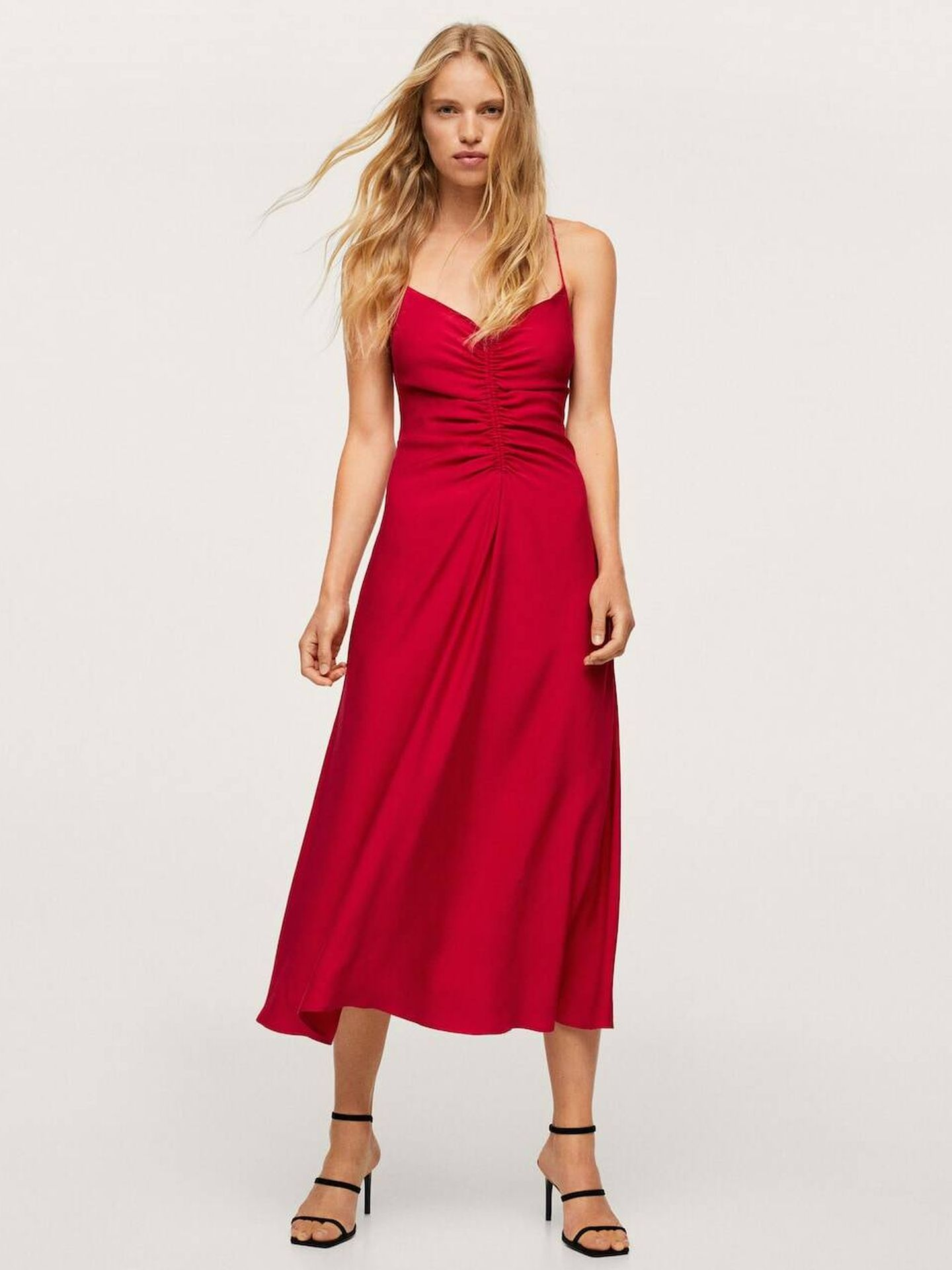 Vestido rojo de Mango. (Cortesía)