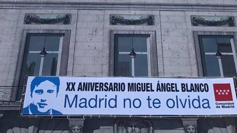 Cifuentes se adelanta a Carmena y coloca una pancarta en homenaje a M. Á. Blanco