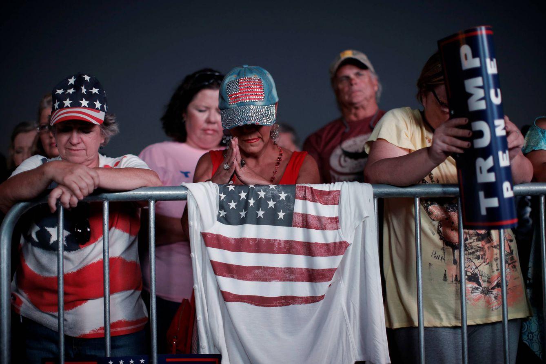 Foto: Votantes de Trump rezan antes de un mitin del candidato republicano en Florida, el 11 de octubre de 2016 (Reuters).