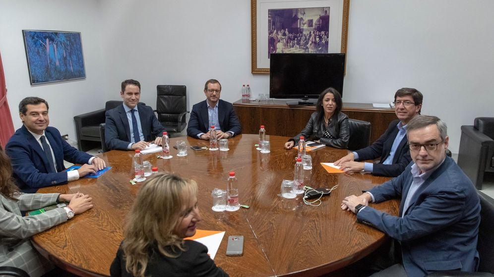Foto: Los equipos negociadores de Partido Popular y Ciudadanos, encabezados por el presidente del PP andaluz, Juanma Moreno (i), y el líder regional de Ciudadanos, Juan Marín (2d). (EFE)