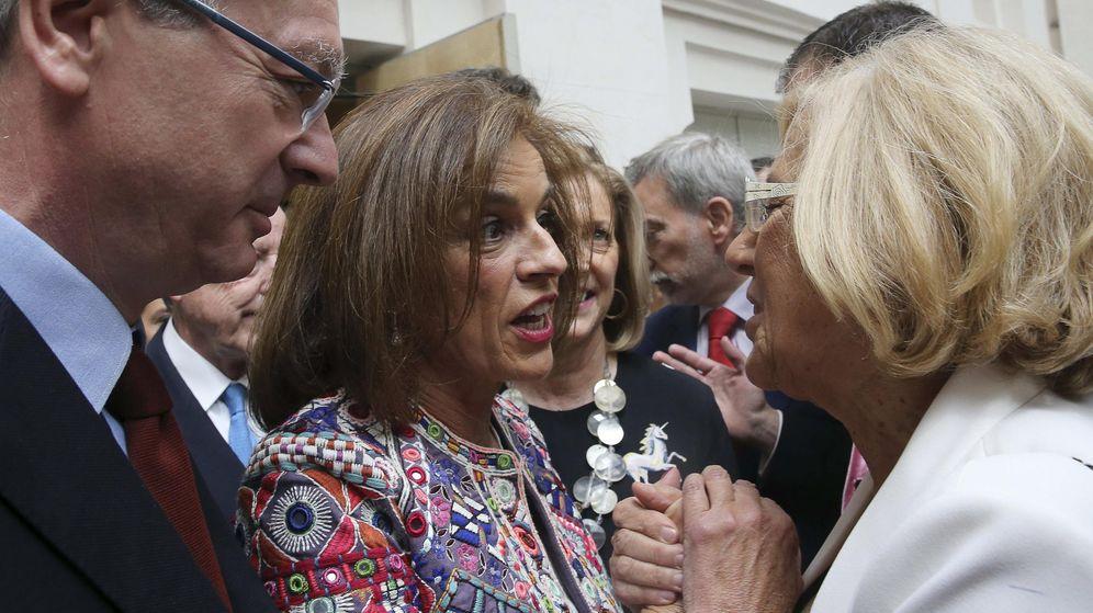Foto: La exalcaldesa de Madrid, Ana Botella (i) junto a su sucesora, Manuela Carmena. (EFE)