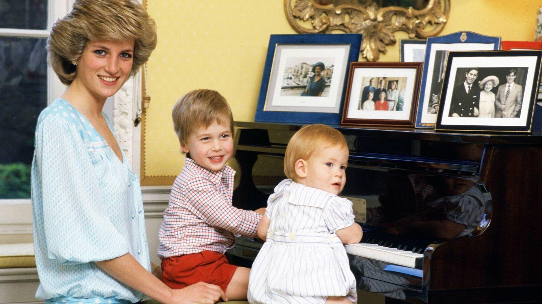 Diana, con Guillermo y Harry. (Getty)