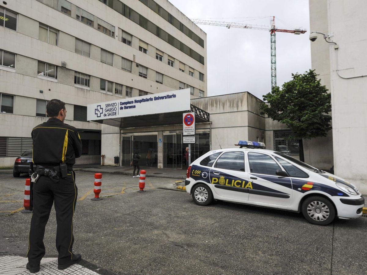 Foto: Un coche de policía ante el Complexo Hospitalario Universitario de Ourense (CHUO)