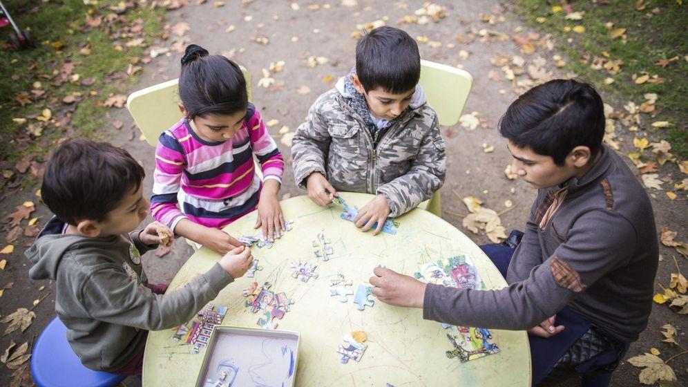 Foto: Un grupo de niños, alrededor de una mesa mientras juegan. (EFE)