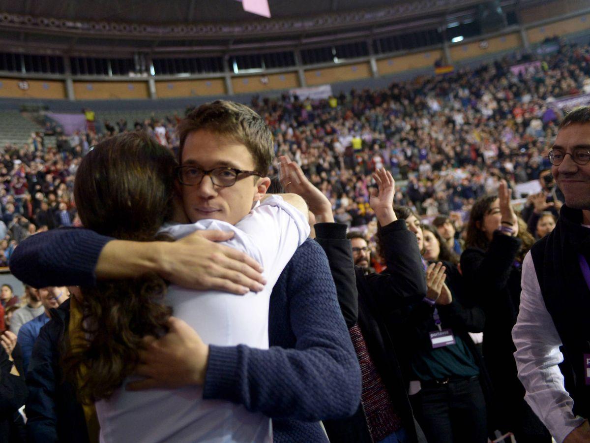 Foto: Íñigo Errejón y Pablo Iglesias se abrazan en Vistalegre. (EFE)
