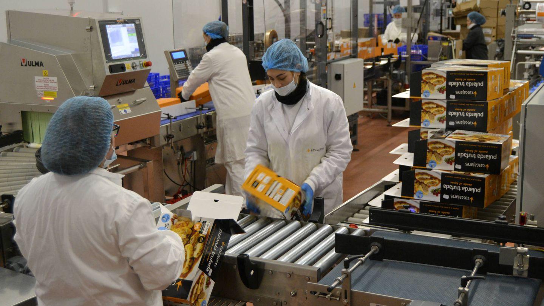 Operarias de la empresa metiendo la comida en cajas. (M. Z.)