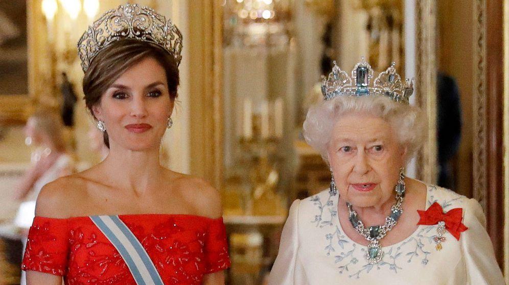 Foto: Letizia junto a Isabel II en una imagen de archivo. (Getty)