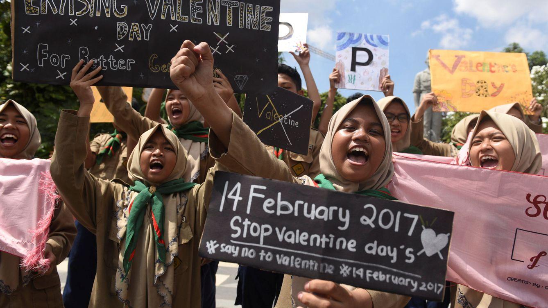 Foto: Estudiantes musulmanas protestas en Indonesia contra el día de San Valentín. (Reuters)