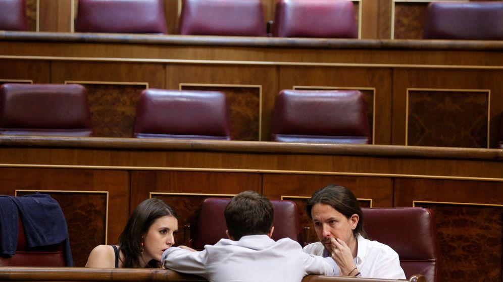 Foto: Íñigo Errejón conversa con la portavoz, Irene Montero, y el secretario general de Podemos, Pablo Iglesias, en el Congreso. (EFE)