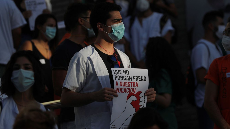Foto: Varios médicos internos residentes (MIR) se manifiestan a las puertas del Hospital Gregorio Marañón. (EFE)