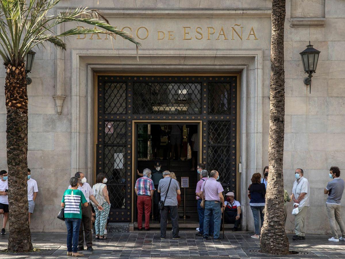 Foto: Colas en la sede valenciana del Banco de España para cambiar pesetas por euros (EFE)
