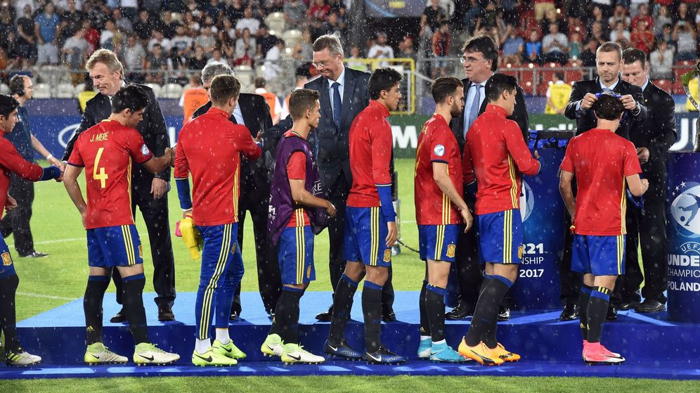 Foto: Los jugadores de la selección española sub 21 reciben sus medallas del Europeo. (EFE)