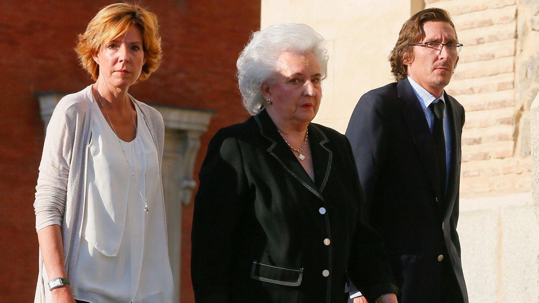La infanta Pilar de Borbón y sus hijos, Simoneta y Fernando Gómez-Acebo, en una imagen de archivo. (EFE)