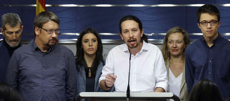 Pablo Iglesias con su 'Gabinete en la sombra', este 22 de enero en el Congreso. (EFE)