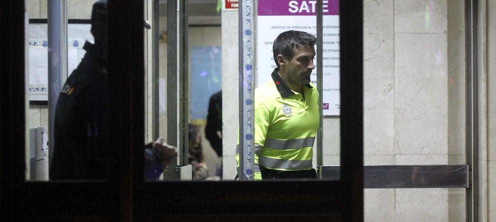 Foto: El momento en el que los agentes de movilidad presentan la denuncia. (Efe)