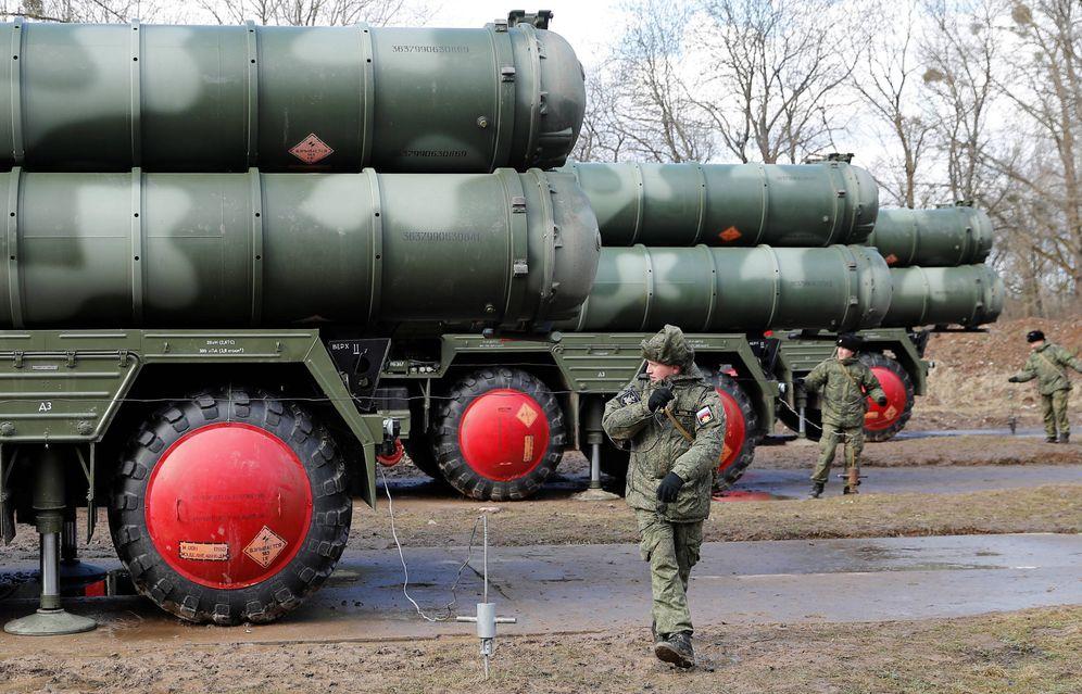 Foto: Militares rusos cerca de misiles S-400 tras su despliegue cerca de Kaliningrado. (Reuters)